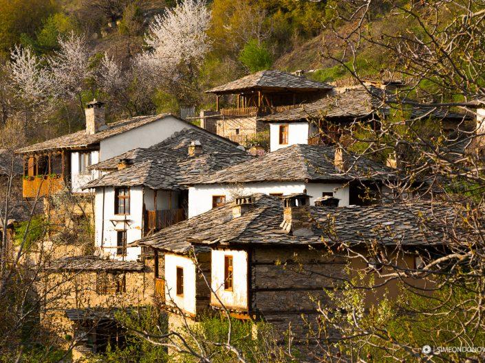 Изглед към село Лещен, Западни Родопи. Забележителности България. Български забележителности.