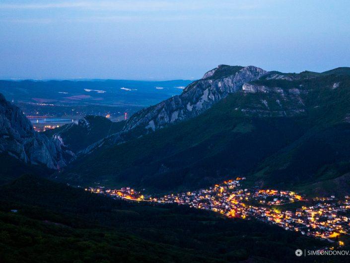 Здрачаване над Вратцата и село Згориград, Природен парк Врачански Балкан