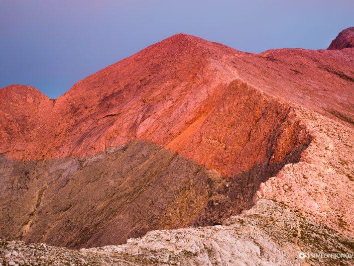 Карстовият ръб и Котешки чал огряни от последните слънчеви лъчи, Национален парк Пирин