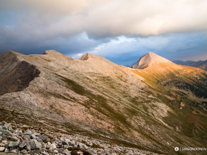 Изглед към карстовото било - Котешки чал, връх Бански суходол, Кончето, Кутело и Вихрен