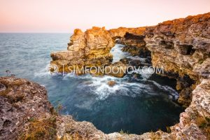 Скалната арка край село Тюленово по залез, Черно море