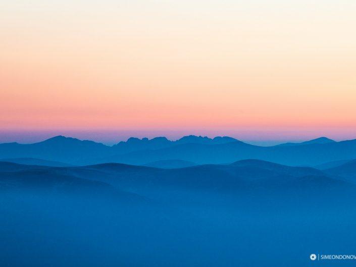 Рила по изгрев - поглед от Пирин. Национален парк Рила.