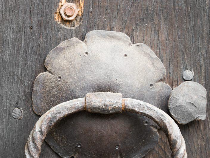 Дръжка на стара дървена врата - детайли. Архитектурна фотография - София
