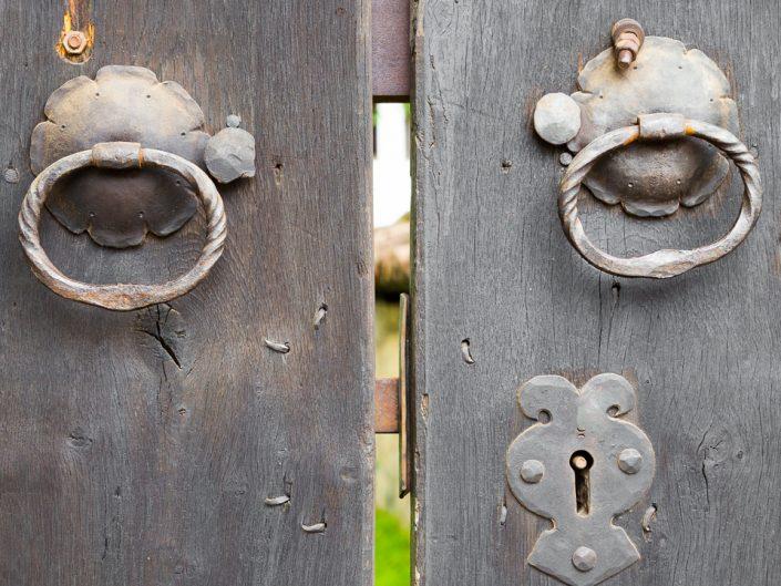 Стара дървена порта - детайли. Архитектурна фотография - София