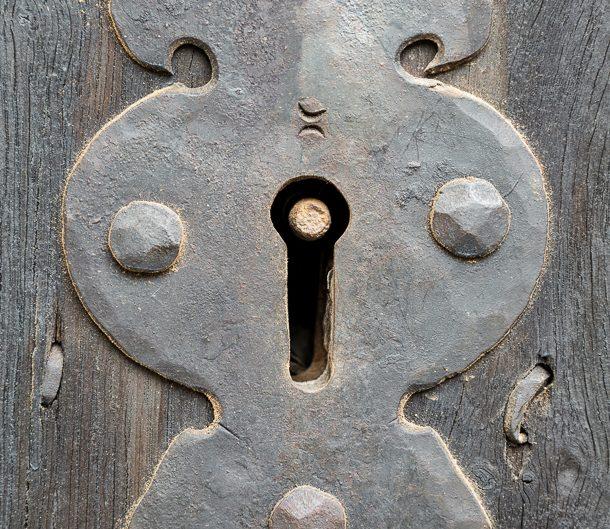 Ключалка от стара дървена врата – Детайли. Архитектурна фотография - София