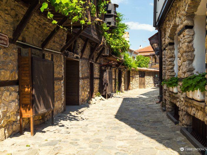 Автентична улица в Несебър. Забележителности България. Български забележителности.