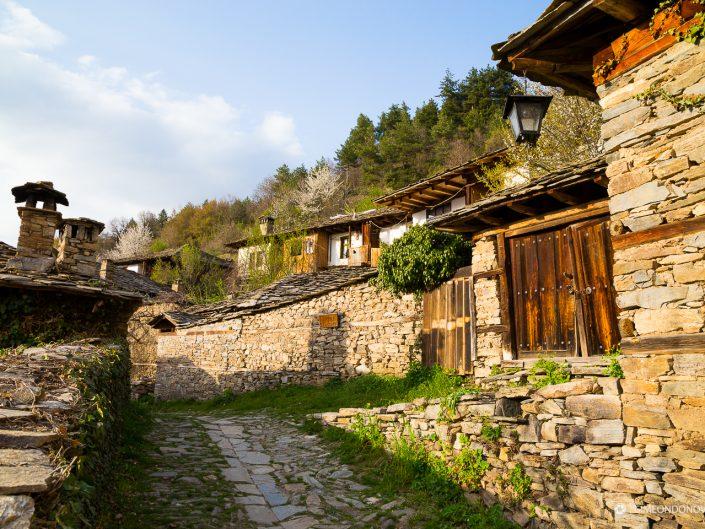 Изглед от село Лещен, Западни Родопи. Забележителности България. Български забележителности.